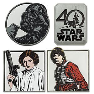 Läs mer om Star Wars 40-årsjubileum Limited Edition-pins, set om 4